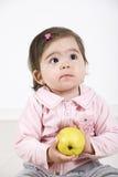 Enfant en bas âge pensant avec une pomme photo libre de droits