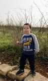 Enfant en bas âge posant à la consommation Krembo de nature Photographie stock libre de droits