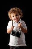Enfant en bas âge retenant un appareil-photo Photo libre de droits