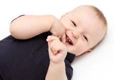 Enfant en bas âge riant balançant dans une oscillation de sécurité photos stock