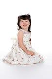 Enfant en bas âge s'asseyant heureux image stock