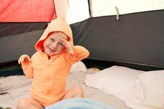Enfant en bas âge se réveillant dans la tente après avoir campé images stock