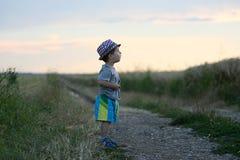 Enfant en bas âge se tenant dans le domaine Image stock