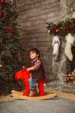 Enfant en bas âge stupéfait sur les orignaux de basculage photos stock