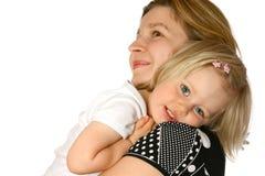 Enfant en bas âge sur l'épaule de la maman Photographie stock