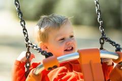 Enfant en bas âge sur l'oscillation Photo libre de droits