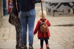 Enfant en bas âge sur la laisse Photo stock