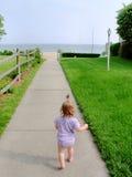 Enfant en bas âge sur le chemin de plage Photographie stock libre de droits
