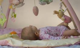 Enfant en bas âge sur le couvre-tapis d'activité Photo stock
