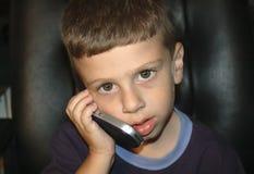 Enfant en bas âge sur le portable Images libres de droits