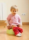 Enfant en bas âge sur le pot Photos stock
