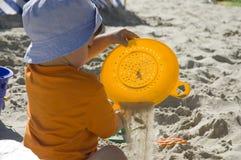 Enfant en bas âge sur le sable Photos libres de droits