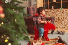 Enfant en bas âge sur les orignaux de basculage dans l'intérieur scandinave photographie stock