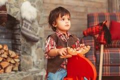 Enfant en bas âge sur les orignaux de basculage dans l'intérieur scandinave images libres de droits