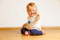Enfant en bas âge sur un plancher de parquet photo libre de droits