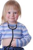 Enfant en bas âge utilisant un stéthoscope Photos libres de droits