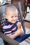Enfant en bas âge vilain mangeant la crème glacée  Photographie stock libre de droits