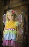 Enfant en bas âge boudant dans le costume de Halloween de fée Photos libres de droits