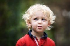 Enfant en bas âge dehors Photos libres de droits