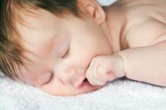 Enfant en bas âge environ de deux mois sur l'essuie-main blanc Photos stock