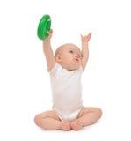 Enfant en bas âge infantile de bébé garçon d'enfant jouant tenant le cercle vert dans l'ha Images libres de droits