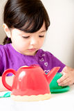 Enfant en bas âge intéressé au thé Photos stock