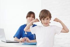 Enfant en bonne santé dans le bureau de pédiatre Photo libre de droits
