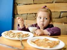 Enfant en café Photos stock