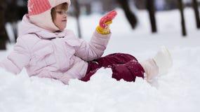 Enfant en hiver Fille roulant vers le bas les collines Photographie stock