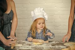 Enfant en pâte de roulement de chapeau de chef images libres de droits