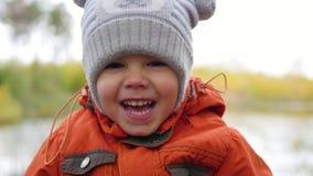 Enfant en parc d'automne ayant l'amusement jouant et riant, marchant dans l'air frais Un bel endroit scénique Photo stock