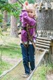 Enfant en parc s'élevant de corde raide d'aventure Photographie stock libre de droits