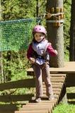 Enfant en stationnement de corde photo stock