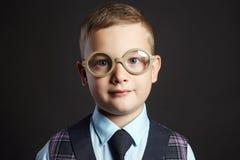 enfant en verres Petit garçon dans le procès Images stock