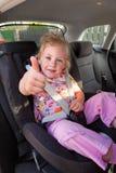 Enfant enfoncé dans le siège d'enfant dans le véhicule images libres de droits
