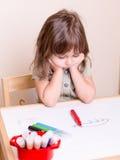 Enfant ennuyé par renversement à l'école Images libres de droits