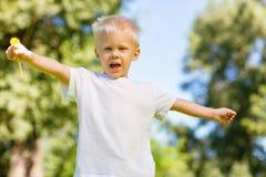 Enfant enthousiaste déplaçant ses mains dans le ciel images libres de droits