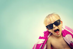 Enfant enthousiaste en serviette de plage le jour d'été Images libres de droits