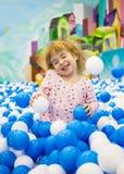 Enfant enthousiaste sur un terrain de jeu à un centre commercial Photos stock