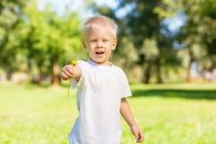 Enfant enthousiaste tenant une belle fleur n la main photos libres de droits
