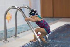 Enfant entrant dans la piscine photo libre de droits
