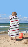 Enfant enveloppé dans un essuie-main à la plage Photos libres de droits
