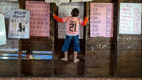 Enfant escaladant le mur Photo libre de droits