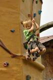 Enfant escaladant vers le bas le mur Image stock