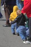 Enfant essayant de courir image stock