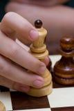 Enfant et échecs de main Photographie stock libre de droits