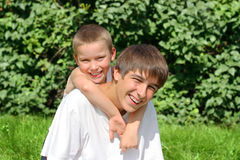 Enfant et adolescent extérieurs Photographie stock libre de droits