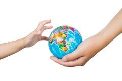Enfant et adulte tenant un globe du monde dans des mains Image stock