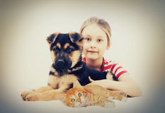 Enfant et animaux familiers Photo stock