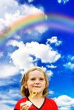 Enfant et arc-en-ciel heureux Photo stock